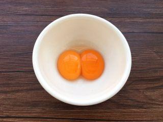 蛋黄小饼干,鸡蛋蛋清分离,取蛋黄。