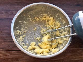 蛋黄小饼干,黄油与细砂糖用电蛋打器打发至蓬松状态。