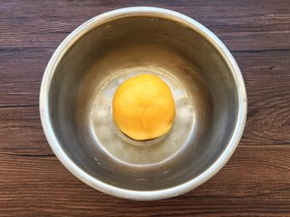 蛋黄小饼干,将面粉揉成光滑饼干面团。