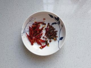 响油脆黄瓜,准备干红辣椒,花椒备用;