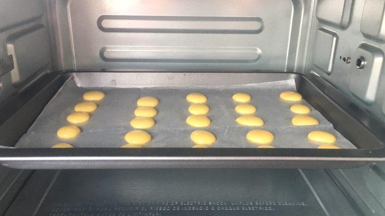 蛋黄小溶豆,烤箱提前上下火预热100度,中层烤25分钟。