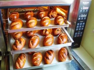 葡萄干红糖欧包,时间到~~面包出炉啦~~