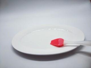 #儿时的记忆#冰糖葫芦,将放冰糖葫芦的盘子刷上少许玉米油。(这样是避免糖粘盘子上,不容易取下来)