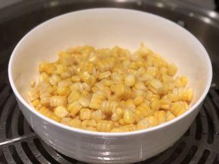 玉米渣渣,放入蒸锅,大火煮开后转小火蒸熟