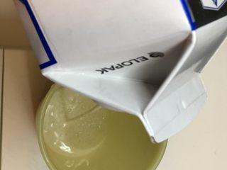 玉米渣渣,空杯倒入牛奶 将牛奶加热后使用