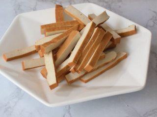 空心菜炒豆干,豆干洗净切成条状备用
