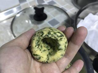 改良版芹菜叶菜圃窝窝头,用拇指垫在中间,旋转面团,形成中间一个空洞。