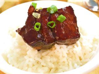 黑酱油+腐乳红烧肉,必须配上两碗米饭,才过瘾。哈哈哈…