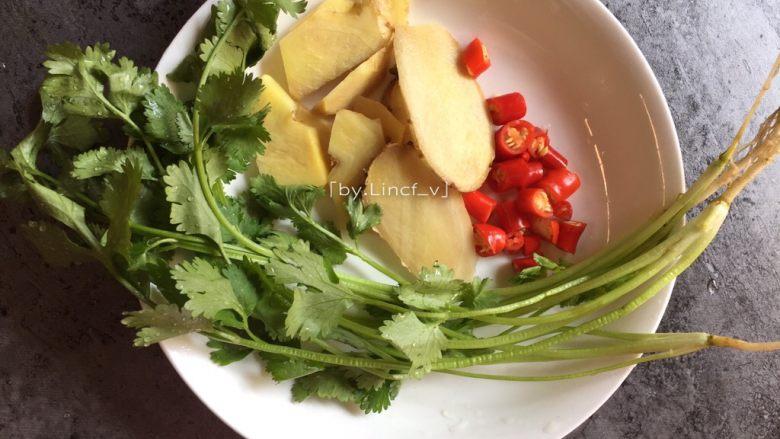 鲫鱼豆腐汤,生姜洗净切片,小红椒洗净切小,香菜洗净待用