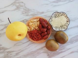 润肺止咳~秋梨膏,首先准备好食材:罗汉果两个、雪梨一个冰糖150克、红枣15颗、百合15克、枸杞子15克