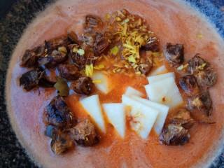 润肺止咳~秋梨膏,打好的红枣泥倒入锅中、罗汉果、雪梨皮、梨芯也放入锅中