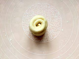 四川乐山名小吃—粉蒸肉卡饼,从底部卷起来。