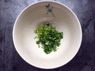 四川乐山名小吃—粉蒸肉卡饼,切小段放入碗中。