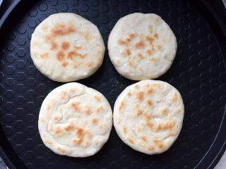 四川乐山名小吃—粉蒸肉卡饼,放入放入电饼铛烤至两面如图所示即可。