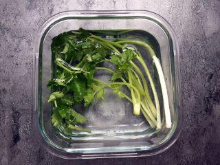 四川乐山名小吃—粉蒸肉卡饼,香菜、小葱洗净用盐水泡一下。