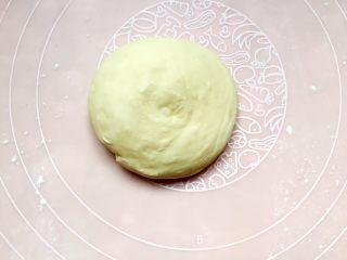 四川乐山名小吃—粉蒸肉卡饼,再按压成一个圆饼。