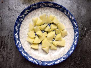 四川乐山名小吃—粉蒸肉卡饼,盘底铺上土豆(也可以铺南瓜、红薯,也可以不铺)。