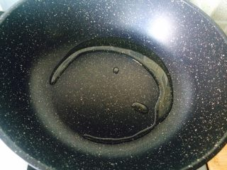 天干物燥,别上火。—丝瓜虾仁海鲜菇,热锅冷油。