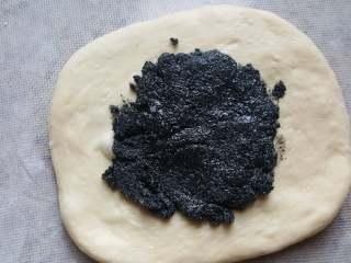 黑芝麻酱吐司,8.面团中间加入馅料,用勺子的背面简单摊平。