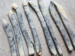 黑芝麻酱吐司,15.用刮刀切成八份。