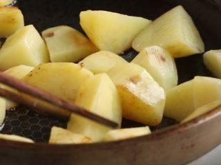 川香土豆炖排骨,放入土豆块,中小火煎至略有焦色,盛出备用。
