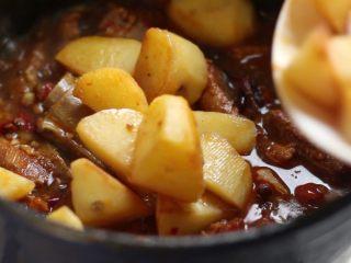 川香土豆炖排骨,加入土豆翻匀,继续炖至汤汁收浓,排骨酥软,土豆粉糯。