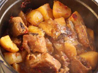 川香土豆炖排骨,根据口味调入白糖和少许盐即可。