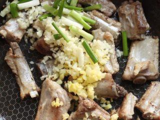 川香土豆炖排骨,加入葱姜蒜炒香。