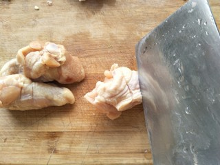 红烧鸡翅根,每个鸡翅根用刀切两下