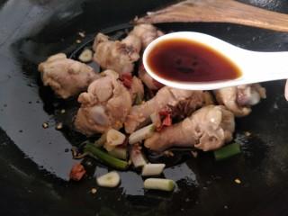 红烧鸡翅根,加入生抽,老抽和煸炒。