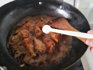 红烧鸡翅根,烧开后收汁,加入盐翻炒均匀。