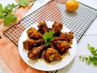 红烧鸡翅根,直接装盘上桌啦,每个鸡翅根都锅着厚厚的料汁,美味爆棚。
