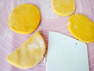 中式面点+蝴蝶馒头,面剂子按扁,擀成椭圆薄片,取一个面片对折如图,用刮板挤出花边