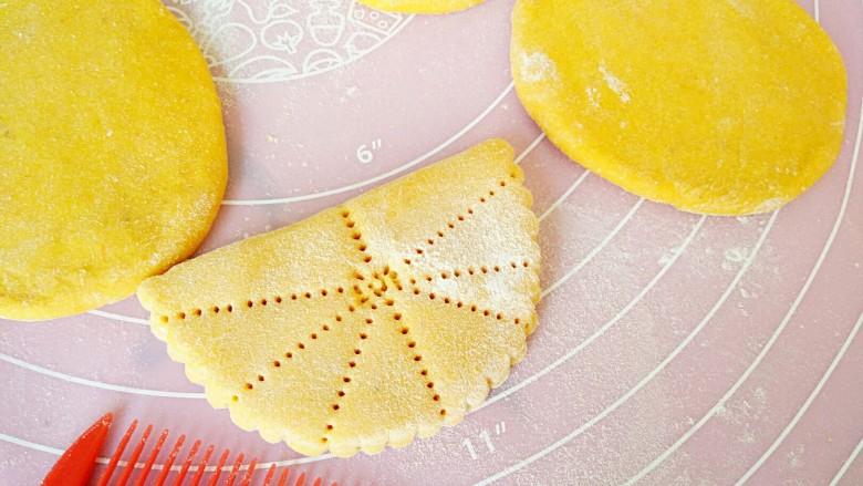 中式面点+蝴蝶馒头,用干净梳子先从中间印齿,再从两边分别印齿,如图