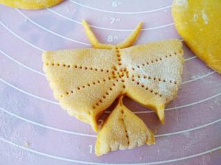 中式面点+蝴蝶馒头,从尾部剪下下面那小块面,或用刀切下,把两边捏出尾巴状