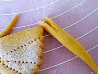 中式面点+蝴蝶馒头,剪下来的小块面搓成长条,洗头用剪刀剪出嘴巴