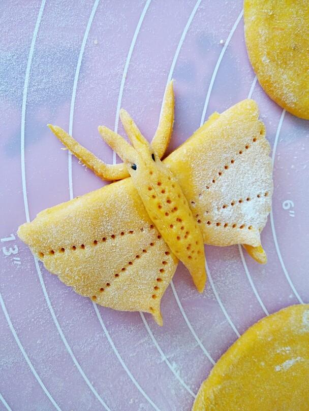 中式面点+蝴蝶馒头,主面蝴蝶翅膀部分前面剪出蝴蝶须,将身子贴在中间,头部用黑芝麻贴眼睛,用水黏黏沾的结实牢固,在身上随便按点花纹