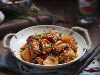 川香土豆炖排骨,美味的川香土豆炖排骨就做好了!