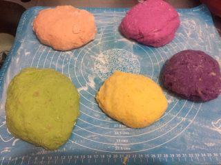 五色饺子 ,将紫薯泥,南瓜泥,胡萝卜汁,红心火龙果汁,菠菜汁分别与面粉搅拌,和面,揉匀!