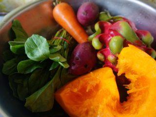 五色饺子 ,准备菠菜1小捆,胡萝卜1根,紫薯2个,红心火龙果1个,小南瓜4分之一