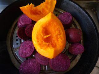 五色饺子 ,将紫薯切片,小南瓜和紫薯隔水蒸熟
