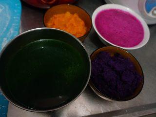 五色饺子 ,榨汁过程,蒸熟的紫薯,南瓜剁成泥,红心的火龙果切一半,去皮,放入榨汁机,兑一点儿水,胡萝卜切块,兑一点儿水,菠菜也是切成小块,兑一点水,不要放太多了,榨成蔬菜汁,放入碗中,漂去沫子。