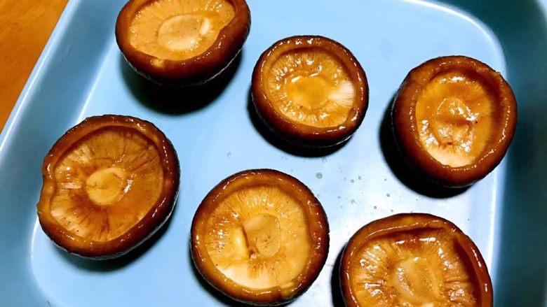 香菇鹌鹑蛋,把腌制好的香菇摆放在蒸盘。