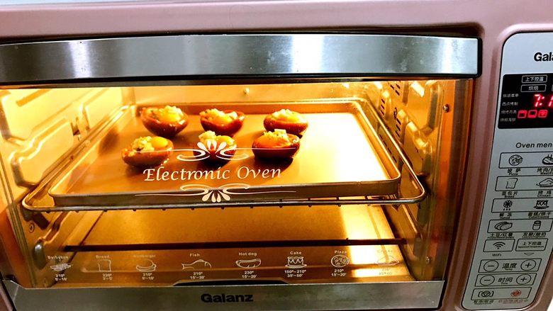 香菇鹌鹑蛋,烤箱预热,当然家里没有烤箱的,可以用蒸锅来蒸熟~选择汽锅蒸,时间15分钟左右 预热后放进烤箱