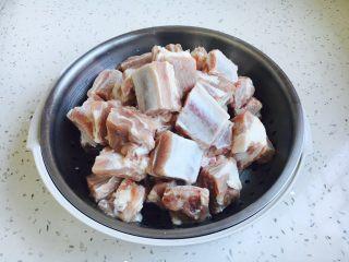 #请来一勺黑酱油# 糖醋小排骨(懒人版),清洗干净,沥干水分备用。