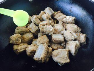 #请来一勺黑酱油# 糖醋小排骨(懒人版),放入1勺米酒。