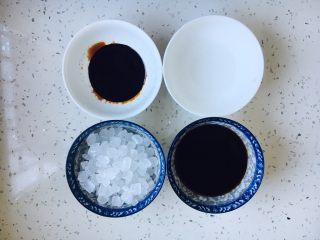 #请来一勺黑酱油# 糖醋小排骨(懒人版),准备好调料,前排左冰糖,前排右醋,后排左酱油,后排右米酒。