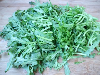 香辣茼蒿,然后把茼蒿切成大约2厘米的长段。