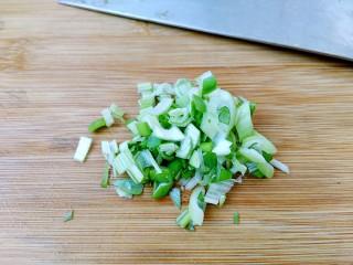 香辣茼蒿,葱成切沫。
