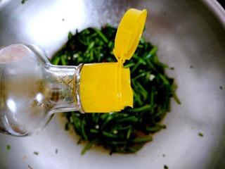 香辣茼蒿,倒入适量芝麻油。